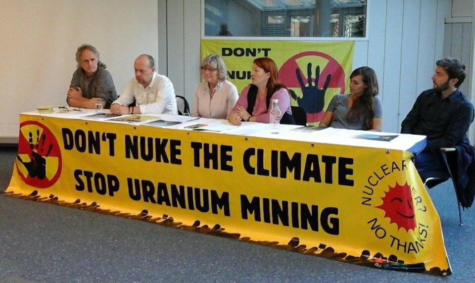 """Ecodefense zusammen mit anderen Organisationen als Teil der Kampagne \""""Don\'t Nuke The Climate\"""""""